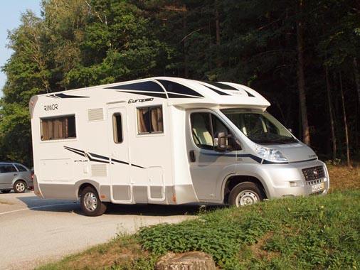 Wohnmobil für 4 Personen mit seitlichem Doppelbett und Hubbett