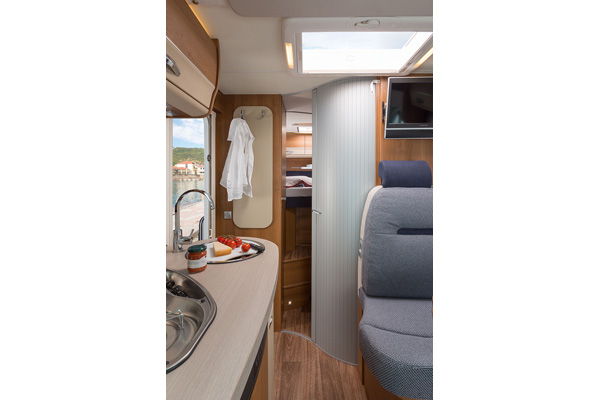 Wohnbereich kurzes teilintegriertes Wohnmobil für 2 Personen